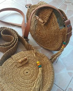 Selamlar☺cift kat taş gibi metrelik serit orup, sonra onu cantaya dikip, o tas gibi şeridin cantanin formunu bozmasi - Crochet Brazil Crochet Tote, Crochet Handbags, Crochet Purses, Hemp Yarn, Crochet Shoulder Bags, Bag Pattern Free, Round Bag, Knitted Bags, Handmade Bags