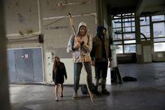 Una trabajadora de la casa de subastas Christie de Londres mira las esculturas del artista alemán, Martin Honert, gigantes de poliuretano, caucho y textil que subastarán en una acción conjunta entre la casa de subastas y la galería Saatchi de la capital británica.
