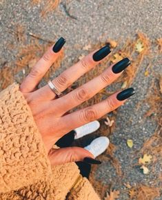 You can pattern with a normal black nail polish on matte black nail polish and get a cool look. Or you can try the reverse. Matte Black Nail Polish, Black Acrylic Nails, Best Acrylic Nails, Matte Nails, How To Do Nails, Fun Nails, Holloween Nails, Hollywood Nails, Acylic Nails