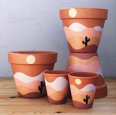 Painted Plant Pots, Painted Flower Pots, Painting Terracotta Pots, Ceramic Plant Pots, Diy Home Crafts, Cute Crafts, Pots D'argile, Decorated Flower Pots, Diy Planters