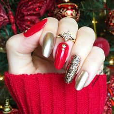 Thinking of Christmas! Red and gold ❤️✨ Unhas da semana, ótima opção para o Natal! #nails #christmas