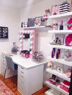 Pretty mirror + dope as Hello Kitty tissue box!