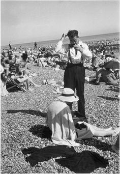 Homme se coiffant sur la plage, Brighton, 1935