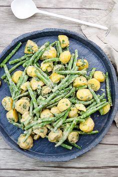 Ein super einfaches Rezept für grüne Bohnen und Kartoffeln mit einem Zitronen-Tahin-Kreuzkümmel-Dressing. Eine gesunde Beilage mit Aromen der arabischen Küche.