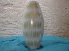 Tall 1960s Op Art Vase – Thomas (Rosenthal) – White & Gold – vintage German Porcelain – Futuristic Décor – Mid Century Modernist Design von everglaze auf Etsy