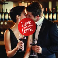 """Terra Şarapları'nın Facebook'daki """"MovieGame by Terra"""" uygulaması, aşk ve tutkuyla üretilen şarapları, aşk ve tutkuyla üretilen filmlerle birleştiriyor. Ve tabii aşk ve tutkuyla yanıp tutuşan çiftleri de..."""