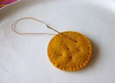 my felt friends : Tutorial - Sandwich biscuits and crackers Felt Diy, Felt Crafts, Fabric Crafts, Sewing Crafts, Felt Cake, Felt Cupcakes, Diy For Kids, Crafts For Kids, Felt Food Patterns