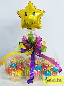 Globos, Flores y Fiestas Birthday Basket, Birthday Treats, Birthday Diy, Birthday Gifts, Candy Arrangements, Gift Cake, Candy Bouquet, Original Gifts, Special Birthday