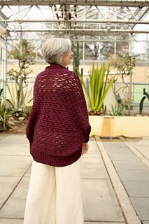 FREE Knitting Pattern ♥ Thysania is a hybrid of a shawl and a cardigan, or an oversized shrug. #knitting #shrug
