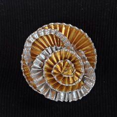 Broche fantaisie capsule et alu recyclé soleil doré