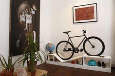 Ángulo - Estanteria baja/ Cicletero para interior, se pueden encargar en colores o en madera natural.