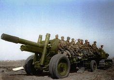Пушка-гаубица МЛ-20 с расчетом на марше.