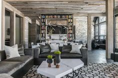 Modern rustic ski chalet designed by Locati Architects located in the exclusive Yellowstone Club, in Montana. Chalet Design, Modern Mountain Home, Mountain Homes, Aspen Mountain, Mountain Cabins, Ski Chalet, Chalet Interior, Interior Design, Montana