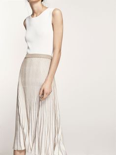 Skirt with contrasting pleats. Flared cut, stretch waist and lined. The garment length in size M is 77 cm.