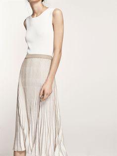Falda con plisado en contraste. Corte evasé, cintura elástica y forro interior. El largo de la prenda en la talla M es de 77 cm.