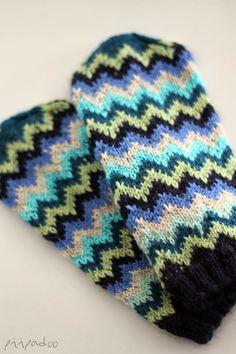 Ja tässäpä ne veljeksistä isomman lapaset. Samoja sinisiä ja vihreitä kuin pikkuveljelläänkin ja raitaa, kyllä. Kokeilin vaihteeks... Knit Mittens, Knitting Socks, Mitten Gloves, Knitted Hats, Knitting Projects, Knitting Patterns, Fair Isle Knitting, Knitting Accessories, Chevron