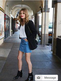 Saia jeans com blazer e botas