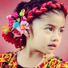 Una niña en ropa del Istmo de Tehuantepec