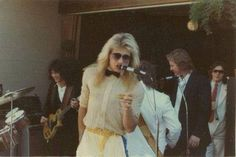 A rare photo taken at Michael Anthony's 1981 wedding to his wife Sue. Eddie's playing a Les Paul in the background as David Lee Roth makes a toast to the bride and groom. David Lee Roth, Glam Metal, Eddie Van Halen, Vintage Trends, Retro Vintage, Live Events, Les Paul, Rare Photos, Hard Rock