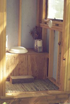 Ethereal Helping Nature by Composting Ideas. Admirable Helping Nature by Composting Ideas. Outside Toilet, Outdoor Toilet, Outdoor Bathrooms, Rustic Bathrooms, Building An Outhouse, Outhouse Bathroom, Yurt Living, Composting Toilet, Little Cabin