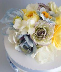 出産のお祝いに贈るダイパーケーキ。毎日のオムツ替えが楽しくなるプレゼントです。ママが使うものだから、なるべく子供っぽくならない大人向けデザインを心がけて製作しています。ご要望に応じてオーダーお受けします。※サイズ:直径 約25cm × 高さ 約20cm※お花はアーティフィシャルフラワー(造花)です※オムツ:Sサイズの場合 20個、Mサイズの場合 15個※ご予算の目安:オムツ入り 7,500円〜 オムツなし(フラワーボックスのみ) 6,500円〜※送料の目安:1,000円前後(配送地域により異なります) 東京でしたら主要駅(東京・品川・渋谷・新宿など) でのお手渡し可能です。ご相談ください。※仕入れ状況により、お花や花器が変更になる場合がございます。 都度、お問い合わせください。