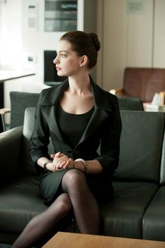What Fans Should Know About Anne Hathaway - Celebrities Female Sexy Work Outfit, Work Outfits, Anne Hathaway Catwoman, Anne Hattaway, Divas, Pretty Females, Actrices Hollywood, Beautiful Women, Celebs
