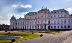Das wunderschöne Schloss Belvedere liegt ganz in der Nähe des Apartments Berlin in Wien. Eine beeindruckende Barockkulisse hat das Weihnachtsdorf beim Schloss Belvedere. Der einzigartige Schlosspark bietet Platz für einen beschaulichen Weihnachtsmarkt.