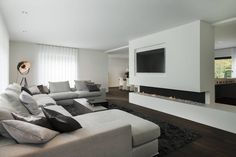 Knusse woonkamer met grijze zetel - Woonkamer inrichten | Living ...