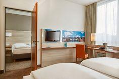Blick in eines der Hotelzimmer | H+ Hotel Berlin Mitte