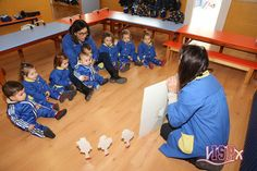 Los peques de P1 #BabygardenISP escuchan y disfrutan de la explicación de un cuento. Las maestras lo leen despacio, con una acentuación correcta, gesticulando y modulando la voz. ¡Están siempre muy, muy atentos! 😐
