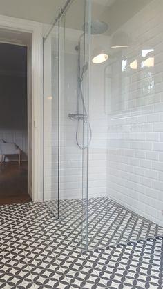 Une jolie douche associée au sol en carreaux de ciment #décoration #salledebain #tendance