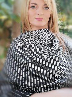 #esarfa #esarfahandmade #esarfafina #esarfavoal #esarfaartwear #artwear #accesoriihandmade #accesorifemei #accesoriifashion  Esarfa este realizata din material placut la atingere, din material satinat de foarte buna calitate. Imprimeul deosebit o recomanda unei tinute business UNISEX. Satin, How To Wear, Tops, Women, Fashion, Moda, Fashion Styles, Elastic Satin, Fashion Illustrations