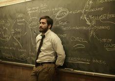 Enemy o El Hombre Duplicado, cinta basada en la novela de José Saramago. Jake Gyllenhaal en su doble papel y el extraño laberinto al momento de encontrar a otro hombre igual a él.