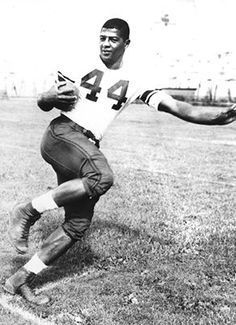 In Syracuse University running back Ernie Davis became the first African- American honored with the Heisman Trophy. College Football Players, American Football League, National Football League, Nfl Football, Nfl Photos, Sports Photos, Ernie Davis, Syracuse Basketball, Basketball Court