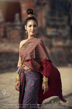 ผ้าไหมสุรินทร์ถิ่นฐานอีสานใต้. Traditional Thai Clothing, Traditional Fashion, Traditional Dresses, Thailand Outfit, Thailand Fashion, Thailand National Costume, Cambodian Wedding, Thai Wedding Dress, Thai Fashion
