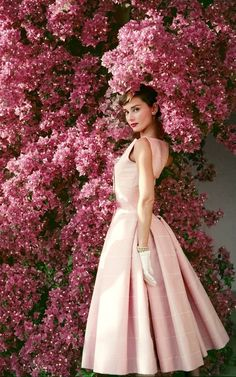 Audrey Hepburn by Norman Parkinson Vogue US (tw.): Audrey Hepburn by Norman Parkinson Vogue US (tw. Audrey Hepburn Outfit, Audrey Hepburn Mode, Aubrey Hepburn, Audrey Hepburn Fashion, Audrey Hepburn Wedding Dress, Audrey Hepburn Givenchy, Audrey Hepburn Poster, Vintage Beauty, Vintage Fashion