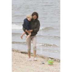 George spent the morning of his 2nd birthday with his gran, Carole Middleton, at the beach! 💕