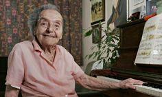 """La pianista checa Alice Herz-Sommer, la superviviente más longeva del holocausto, murió con 110 años el pasado mes de febrero de 2014. Pasó dos años en un campo de concentración de la antigua Checoslovaquia y durante ese tiempo organizaba conciertos con otros detenidos. Siempre dijo: """"La música me salvó la vida""""."""