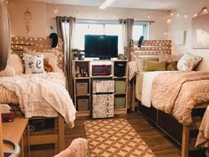 37 College Dorm Decorations Room Themes Color Schemes Overview 37 C. 37 College Dorm Decorations Room Themes Color Schemes Overview 37 College Dorm Room Id College Bedroom Decor, Cool Dorm Rooms, College Dorm Decorations, College Dorm Rooms, Girl College Dorms, College Tips, College Essentials, Room Essentials, Dorm Room Themes