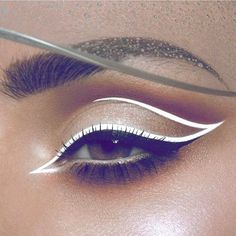 Black eyeliner put above eyelashes. Immediately above it, put the white eyeliner along the eye and gently pull the tail above the eye. If you have not already started to use a white eyeliner it is high time this spring.