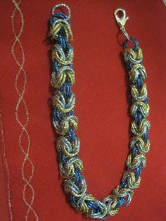 Elegante collana ad anelli fatta a mano di colore turchese blu elettrico ed oro, chiusura a moschettone argentato. Diametro anelli 1,5 - Lunghezza collana cm 46