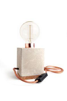 Hebben!! Stoere bloklamp van kurk en beton, met koperen vitting en koperkleurig snoer van ijzer. Gebruik hem als nachtlampje, bureaulampje of als een echte eyecatcher op je boekenplank. De kooldraad lamp past perfect bij de style van de lamp. Inclusief bollamp XL met kooldraad De XL bollamp bevat getint glas en een kooldraad van 40 watt. Afmetingen: 11 x 11 …