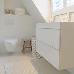 badkamer onder schuin dak in kleine ruimte, het past allemaal wasmand van @hemanederland fijne dag! #zolder #bathroom #studioww #interiordesign #ikea #hout #witwonen #interieuradvies #interieurontwerp #badkamerontwerp #badkamer #shutters #badkamer
