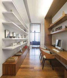 Home office com muitas prateleiras, projeto de Fernanda Marques