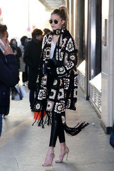 Sobre 'cut outs', vestidos y Gigi Hadid Poncho Crochet, Crochet Jacket, Irish Crochet, Celebrity Dresses, Celebrity Style, Gigi Hadid Style, Crochet Fashion, Street Style Looks, Crochet Clothes