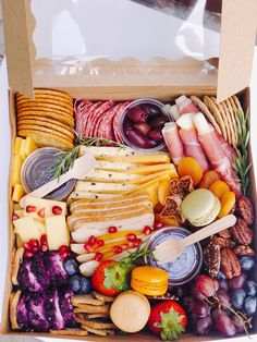 Charcuterie Gift Box, Charcuterie Recipes, Charcuterie And Cheese Board, Charcuterie Platter, Party Food Platters, Cheese Platters, Breakfast Catering, Graze Box, Cheese Party