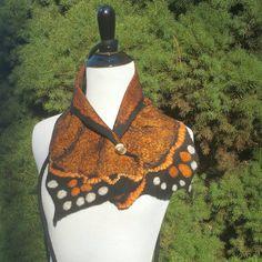 Nuno feutrée collier en noir et Orange brûlé. Collier de monarque feutrée. Luxe tour de cou. Étole de laine et soie. Art vestimentaire.