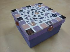 Boite mosaique Mosaic Ideas, Mosaic Projects, Projects To Try, Dragon Eye, Handicraft, Decorative Boxes, Creations, Lily, Handmade