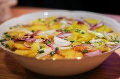 A hagymás krumpli saláta egy gyorsan elkészíthető, pikáns , hideg köret, amely jól passzol rántott, grillezett húsokhoz, halakhoz.