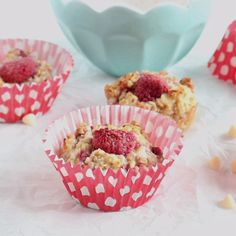 Easy Raspberry Baked Oats Muffins - Delicious, easy and healthy, these baked oats muffins are the perfect breakfast for grabbing on busy - Slimming World Breakfast Muffins, Baked Oats Slimming World, Slimming World Puddings, Slimming World Vegetarian Recipes, Slimming World Desserts, Slimming World Diet, Healthy Breakfast Muffins, Oat Muffins, Breakfast On The Go